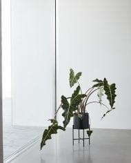 עציץ מתכת עם רגליים – שחור