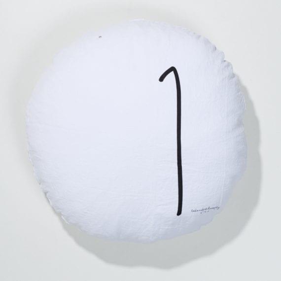 כרית פשתן עגולה, לבנה עם הספרה 1