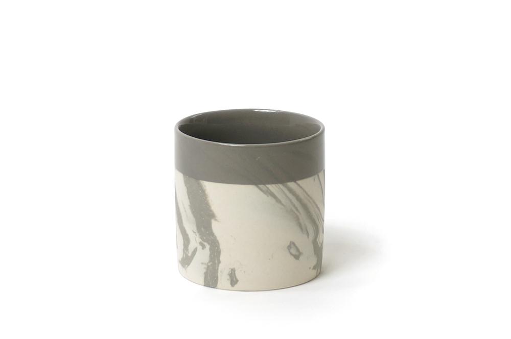 כוס מעוצבת לבן ואפור ללא ידית
