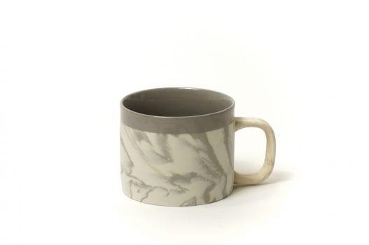 ספל קפה מעוצב בלבן ואפור