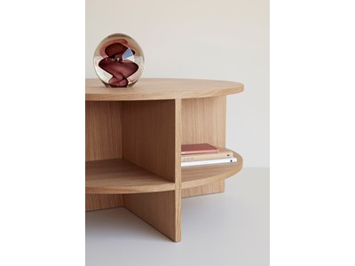 שולחן עגול עם שטח אחסון